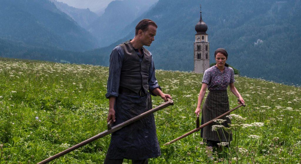 August Diehl (Franz Jägerstätter) et Valerie Pachner (Fani Jägerstätter) dans le film Une Vie Cachée