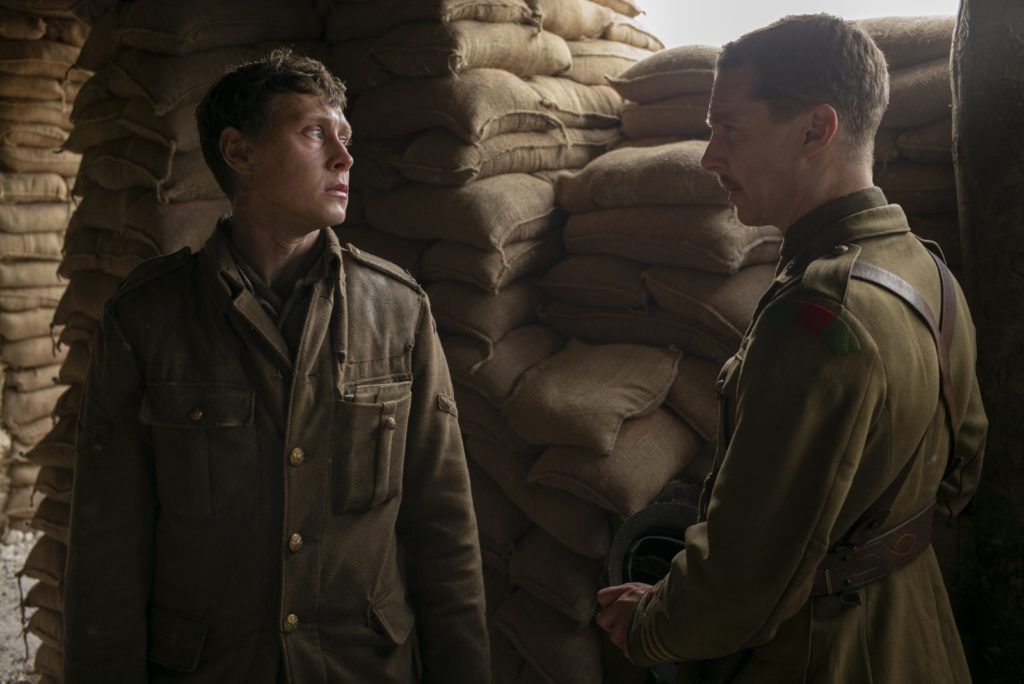 Capture du film 1917 où Schofield (George MacKay) regarde Colonel Mackenzie (Benedict Cumberbatch)